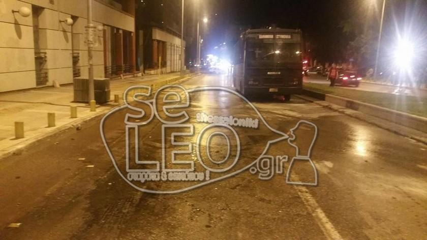 Θεσσαλονίκη: Εικόνες - ντοκουμέντο από την καμένη κλούβα των ΜΑΤ μετά την επίθεση με μολότοφ
