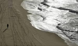 Γιατί ξεβράζονται πάνες και χειρουργικές μάσκες στις ακτές της Αυστραλίας; (vid)