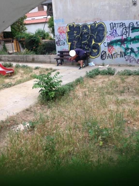 Εικόνες - σοκ στην Πάτρα: Κάνουν χρήση ναρκωτικών μέσα σε παιδική χαρά (photos)