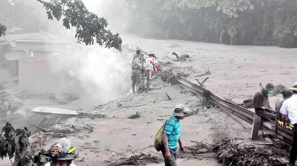 «Κόλαση» λάβας στη Γουατεμάλα: Πέτρες, φωτιά και δηλητηριώδη αέρια ξερνάει το ηφαίστειο Fuego (Pics)