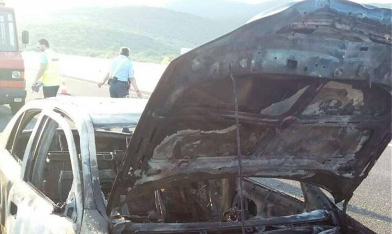 Παραλίγο τραγωδία στην Αθηνών - Λαμίας: Κάηκε ολοσχερώς όχημα στο οποίο επέβαινε οικογένεια (pics)
