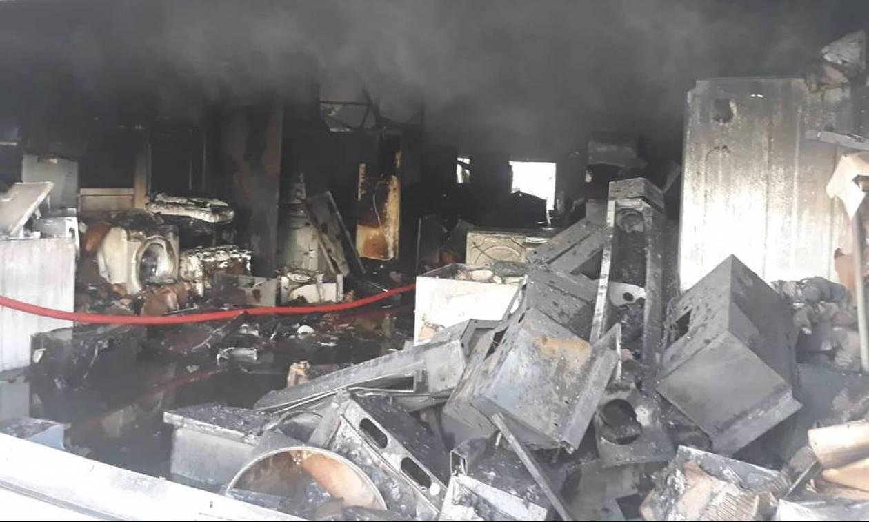 Φωτιά σε αποθήκη ηλεκτρικών στο Περιστέρι - Ώρες αγωνίας για τους κατοίκους και εικόνες καταστροφής