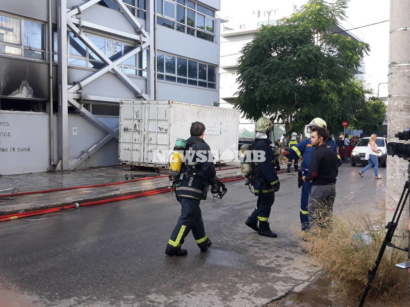 ΕΚΤΑΚΤΟ - Φωτιά ΤΩΡΑ: Στις φλόγες βιοτεχνία στο Περιστέρι - Κάηκαν σπίτια