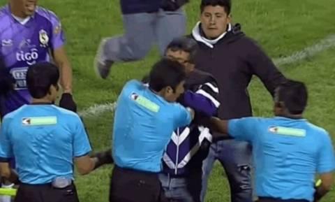 Τρομερό! Πρόεδρος μπούκαρε στο γήπεδο και χαστούκισε διαιτητή (vid)