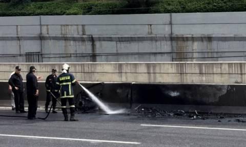 Τροχαίο στην Αττική οδό: Στις φλόγες φορτηγό που ανετράπη