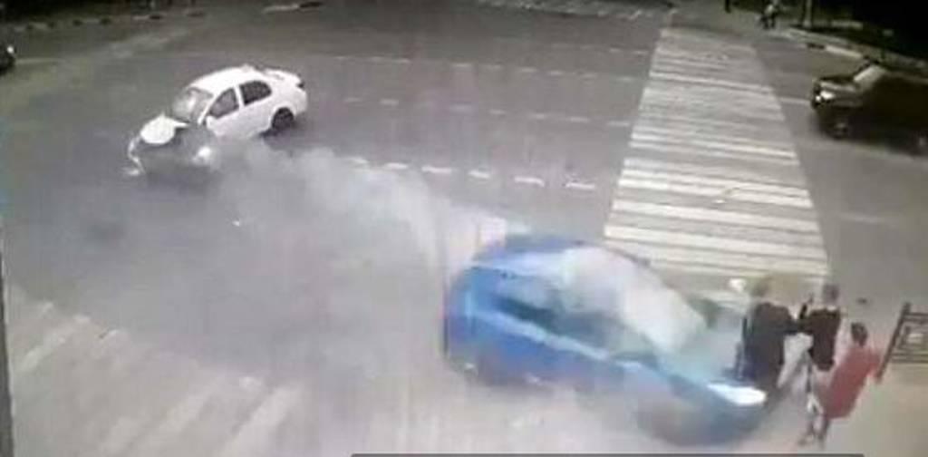 Βίντεο - σοκ: Αυτοκίνητο εκσφενδονίζει στον αέρα τρεις μαθητές (ΠΡΟΣΟΧΗ – ΠΟΛΥ ΣΚΛΗΡΕΣ ΕΙΚΟΝΕΣ)