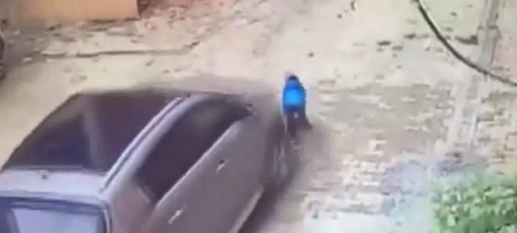 Μάνα πέρασε με το αμάξι της πάνω από το παιδί της - Ο μικρός σώθηκε από θαύμα (vid)