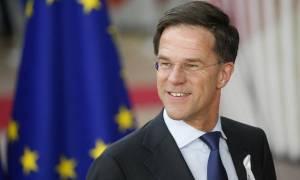 Ο πρωθυπουργός της Ολλανδίας έπιασε τη σφουγγαρίστρα και κέρδισε το χειροκρότημα