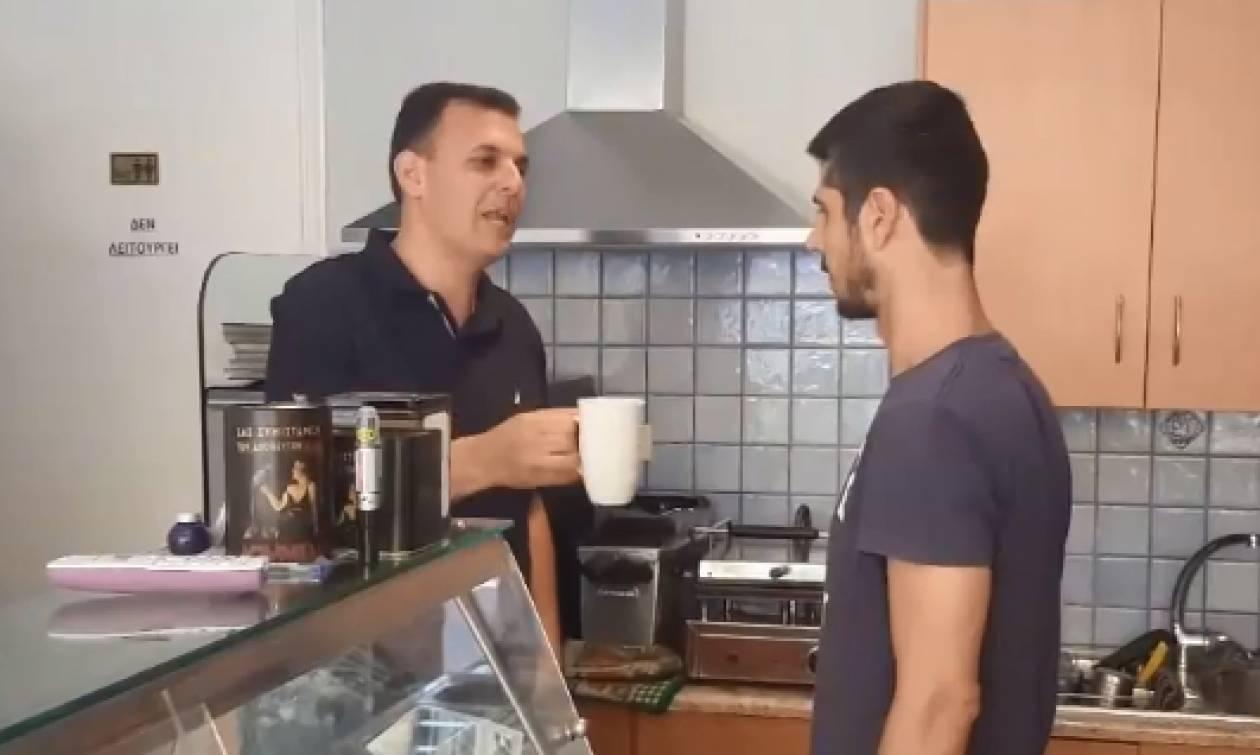 Και ο Γιώργος Καραμέρος πίνει το φρέντο του χωρίς καλαμάκι (video)