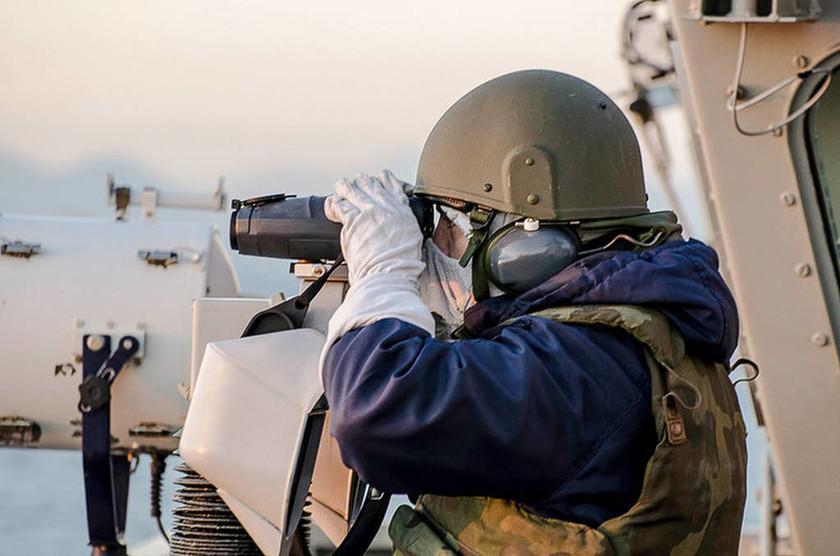 Εσείς ξέρετε γιατί στις ασκήσεις με πολεμικά πλοία και υποβρύχια φοράνε μάσκες και γάντια;