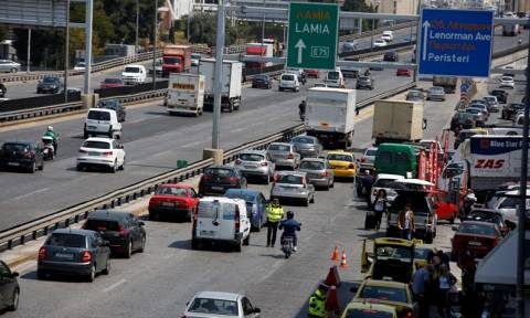 Ουρά χιλιομέτρων στην Εθνική Οδό Αθηνών - Λαμίας