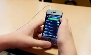 Γαλλία: Απαγορεύτηκαν τα κινητά στις σχολικές αίθουσες