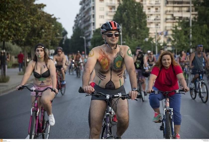 Θεσσαλονίκη: Τα πέταξαν όλα και έκαναν γυμνοί ποδήλατο (vid+pics)