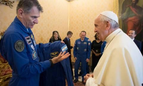 Ο πάπας απέκτησε τη δική του στολή... αστροναύτη!