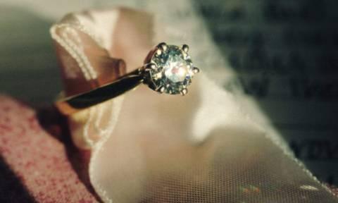 «Έκραξε» τον σύντροφό της για το δαχτυλίδι των αρραβώνων - Αργότερα πήρε αυτό που της άξιζε (photos)