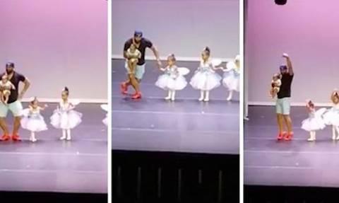 Εβλεπε την κορούλα του να κλαίει. Με μια κίνηση ανέβηκε στη σκηνή και... (video)