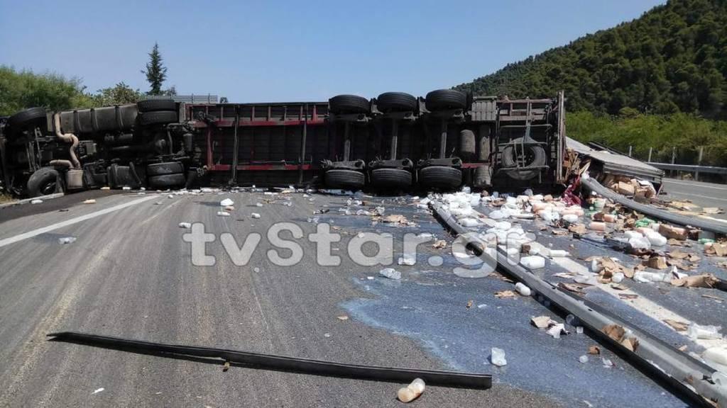 Τροχαίο ΤΩΡΑ στην Ε.Ο. Αθηνών - Λαμίας - Νταλίκα πέρασε στο αντίθετο ρεύμα (pics)