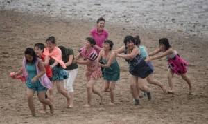 Αυτό είναι το σπάνιο βίντεο από beach party στη Βόρεια Κορέα που ο Κιμ Γιονγκ Ουν θέλει να δεις