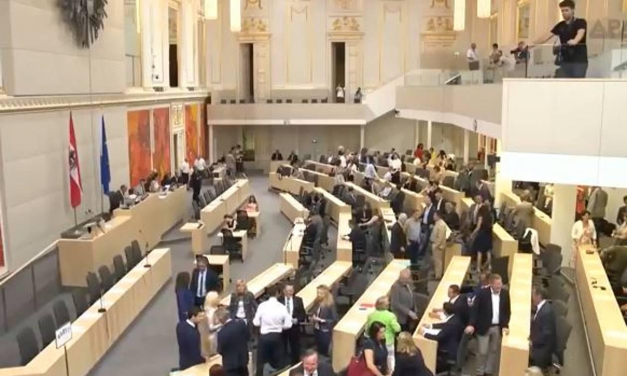 Αποχώρησαν οι γυναίκες βουλευτές από ορκωμοσία στην αυστριακή Βουλή (vid)