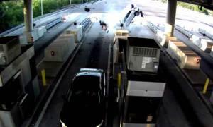 Σοκαριστικό τροχαίο στα διόδια: Επιβάτης εκτοξεύτηκε από το παρμπρίζ (pics+vid)
