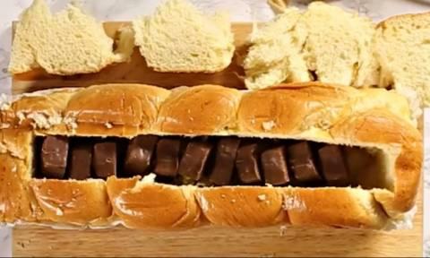 Στήστε του άγαλμα! Χώνει κομμάτια από σοκολάτα μέσα στην τσουρεκάρα! (vid)