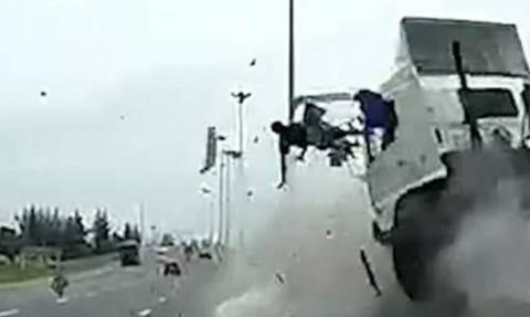 Βίντεο ΣΟΚ από φρικτό τροχαίο: Οδηγός φορτηγού εκτοξεύεται στο αντίθετο ρεύμα