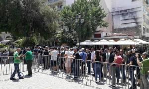 Πλήθος κόσμου στη Μητρόπολη Αθηνών απέτισε φόρο τιμής στον Παύλο Γιαννακόπουλο (pics+vids)