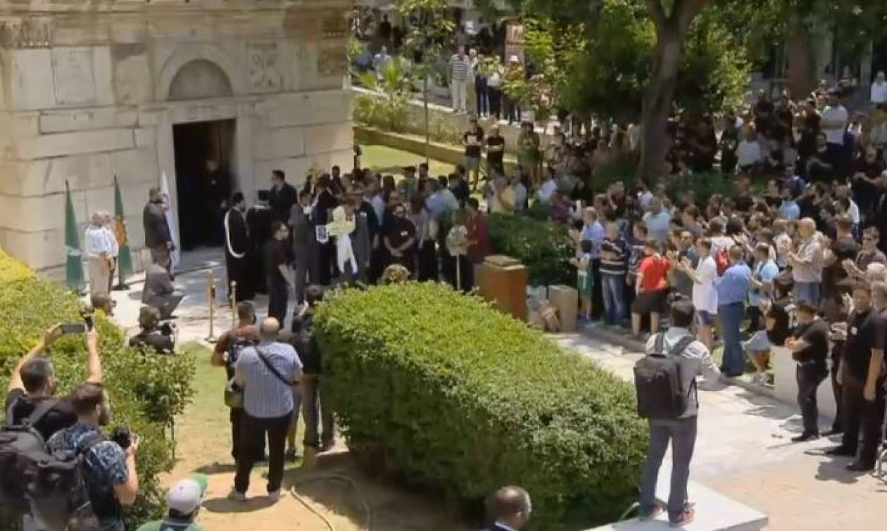 «Αθάνατος»: Ο κόσμος αποχαιρέτησε τον σπουδαίο Παύλο Γιαννακόπουλο (vid)