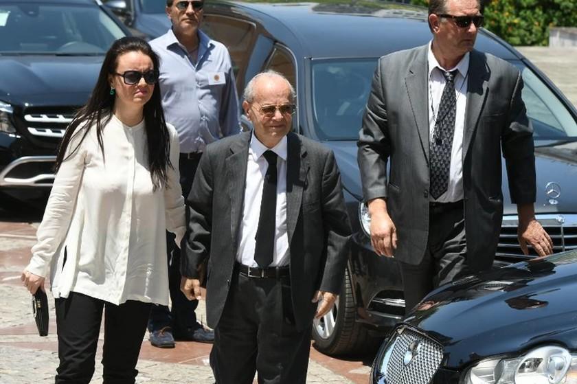 Ο αδερφός του Παύλου Γιαννακόπουλου, Θανάσης, προσέρχεται στον Ιερό Μητροπολιτικό Ναό Αθηνών