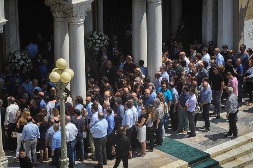 Χιλιάδες κόσμου είπαν το «ύστατο χαίρε» στον Παύλο Γιαννακόπουλο