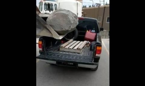 Σήκωσαν το βράχο και πήγαν να τον βάλουν στο φορτηγό! Δείτε τι ακολούθησε... (vid)