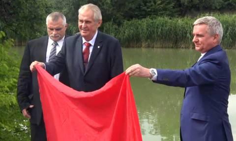 Άναυδοι οι δημοσιογράφοι! Ο πρόεδρος της Τσεχίας βγήκε με ένα κόκκινο εσώρουχο και... (Vid)