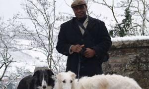 Έβγαλε βόλτα τα σκυλιά του και βρέθηκε κατηγορούμενος για ληστεία επειδή... (pics)