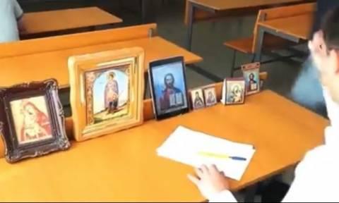Ο μαθητής που δίνει εξετάσεις με την... εξελιγμένη βοήθεια του Θεού (video)