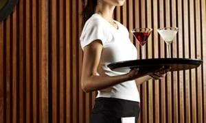 Λαμία: Απατημένη σύζυγος μπούκαρε σε καφετέρια και έσυρε από τα μαλλιά τη σερβιτόρα