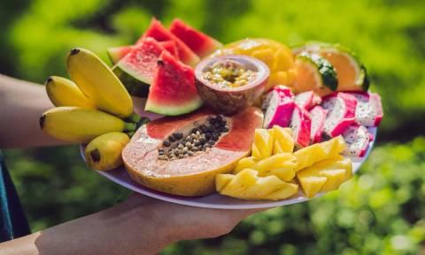 Το φρούτο που πρέπει να τρώει κάθε γυναίκα στην εμμηνόπαυση