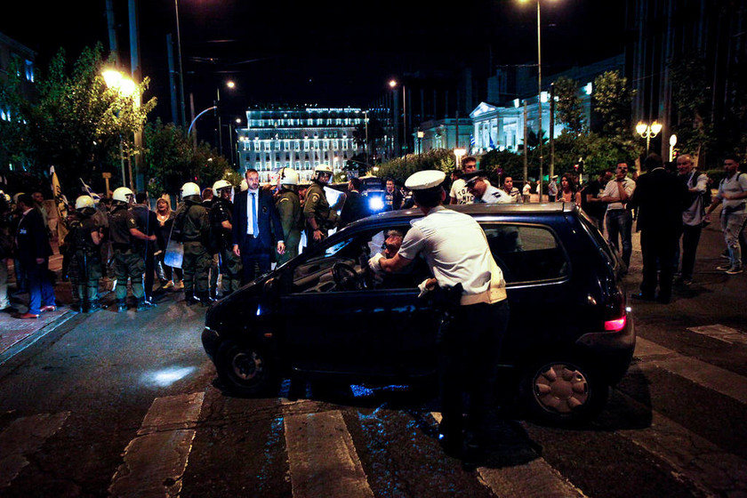 Εισβολή ομάδας ατόμων στη Βουλή - Επιτέθηκε σε αυτοκίνητα βουλευτών