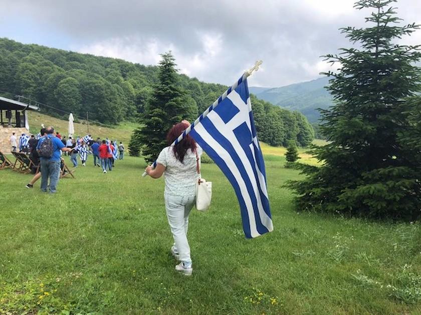 Πρέσπες: Με ελληνικές και μαύρες σημαίες οι κάτοικοι διαμαρτύρονται για τη συμφωνία (pics&vid)