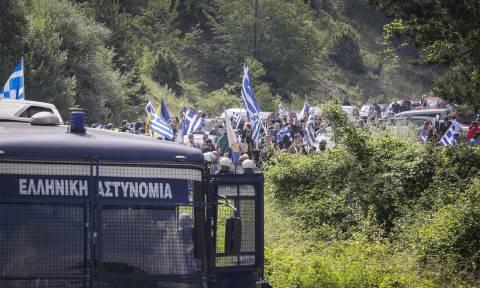 Πρέσπες: Ένταση ανάμεσα σε αστυνομικές δυνάμεις και διαδηλωτές (pics&vids)