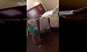 Μωρό αποδρά από το παρκοκρέβατο με τη βοήθεια του μεγάλου αδελφού (video)