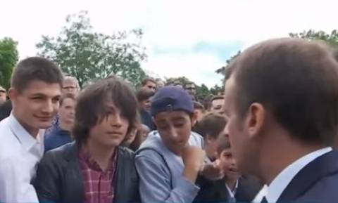 Ο Μακρόν κατσάδιασε έφηβο που... τόλμησε να τον αποκαλέσει «Μανού» (vid)