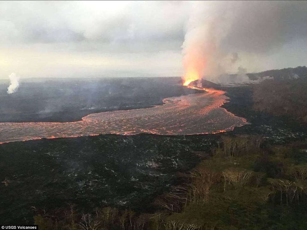 «Κόλαση» λάβας στη Χαβάη: Ούτε τα νερά του ωκεανού δεν καταπνίγουν την «οργή» του ηφαιστείου (Vid)