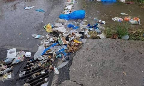 Κέρκυρα: Τα σκουπίδια επιπλέουν στους πλημμυρισμένους δρόμους (Βίντεο)