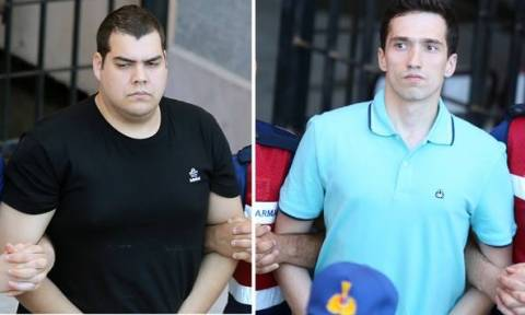 Νέες φωτογραφίες των δύο στρατιωτικών: Οι Τούρκοι τους μεταφέρουν σαν κοινούς εγκληματίες