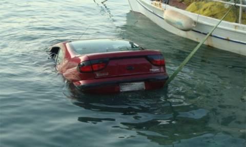 Παραλίγο τραγωδία στην Αιδηψό: Μητέρα και παιδί έπεσαν στη θάλασσα με το αυτοκίνητο