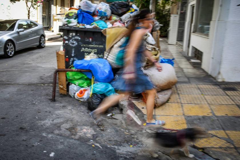 «Βουνά» από σκουπίδια στην Αθήνα - Ουρές χιλιομέτρων από απορριμματοφόρα στο ΧΥΤΑ Φυλής (pics)