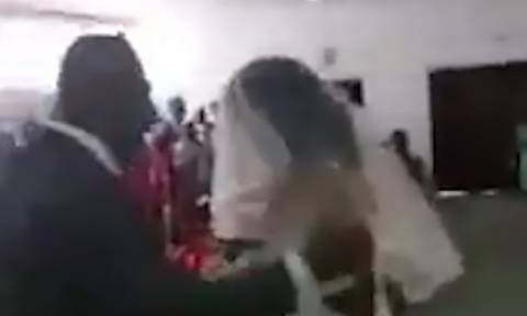 Απίστευτο: Την παράτησε κι εκείνη πήγε στο γάμο του φορώντας... νυφικό! (vid)