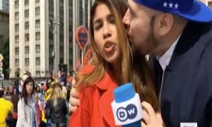 Μουντιάλ: Φίλησε και έπιασε το στήθος δημοσιογράφου στον αέρα! (vid)