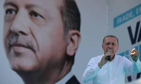 Τι φοβάται ο Ερντογάν; Απαγόρευσε την είσοδο σε ευρωπαίους παρατηρητές των εκλογών της Κυριακής