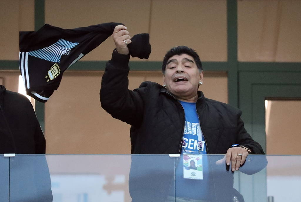 Παγκόσμιο Κύπελλο Ποδοσφαίρου 2018: Με μπλούζα «Μέσι» στο πλευρό της Αργεντινής ο Μαραντόνα (vid)